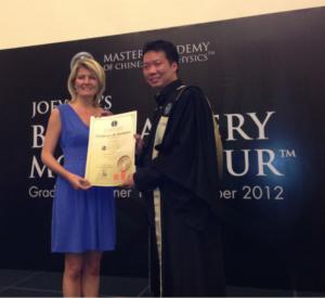 foto van An met Joey Yap na de bazi mastery opleiding