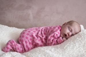 baby ligt zalig te slapen op wol